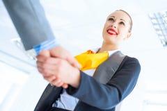Biznesowej kobiety chwiania ręki z klientem Obraz Stock