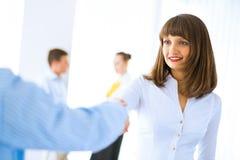 Biznesowej kobiety chwiania ręki z klientem Fotografia Royalty Free