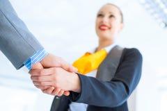 Biznesowej kobiety chwiania ręki z klientem Obrazy Stock