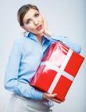 Biznesowej kobiety chwyta prezenta pudełko w bożych narodzeniach barwi stylowego, studio p Fotografia Stock