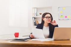 Biznesowej kobiety czytania dokument przy biurowym desktop zdjęcie royalty free