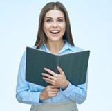 Biznesowej kobiety czytelnicza książka portret kobiety uśmiechnięta Obrazy Stock
