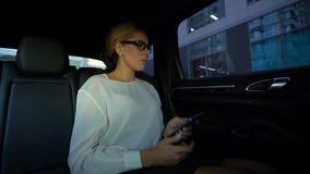 Biznesowej kobiety czytelnicza zła wiadomość na telefonie komórkowym, zawalenie się rynek papierów wartościowych, kryzys zbiory wideo