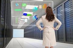 Biznesowej kobiety dopatrywanie przy wykresem na serweru pokoju Obraz Royalty Free