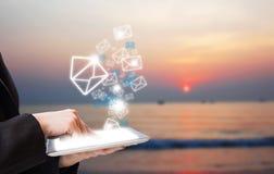 Biznesowej kobiety dosłania emaila marketing na plaży Fotografia Royalty Free
