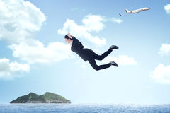 Biznesowej kobiety doskakiwanie od samolotu Fotografia Royalty Free