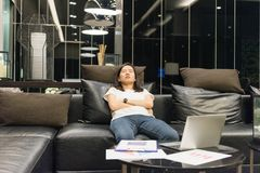 Biznesowej kobiety dosypianie na kanapie w żywym pokoju przy nocą Zdjęcie Stock