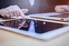 Biznesowej kobiety dotyki ekranizują pastylkę i ogólnospołeczną networking ikonę Zdjęcia Royalty Free
