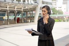 Biznesowej kobiety dyskusja plenerowa Zdjęcia Stock