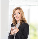 Biznesowej kobiety główkowanie wysyła messę podczas gdy use informator, pisze obraz stock
