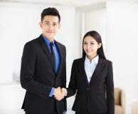 Biznesowej kobiety i mężczyzna handshaking w biurze fotografia royalty free