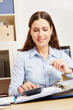 Biznesowej kobiety inf biuro analizuje kartoteki obrazy royalty free