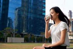 Biznesowej kobiety kawowa przerwa obraz stock