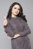 Biznesowej kobiety kciuka up gest, uśmiecha się biznesowej kobiety Zdjęcie Royalty Free