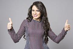 Biznesowej kobiety kciuka up gest, uśmiecha się biznesowej kobiety Zdjęcia Stock