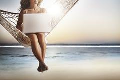 Biznesowej kobiety kobiet laptopu radia Internetowy pojęcie Obrazy Royalty Free