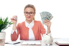 Biznesowej kobiety lub agenta nieruchomości mienia klucze i wiązka pieniędzy banknoty Zdjęcie Royalty Free