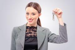 Biznesowej kobiety lub agenta nieruchomości seansu klucze Fotografia Stock