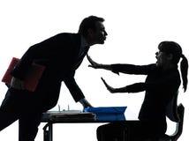 Biznesowej kobiety mężczyzna pary molestowania seksualnego sylwetka zdjęcie stock