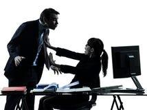 Biznesowej kobiety mężczyzna pary molestowania seksualnego sylwetka Fotografia Stock