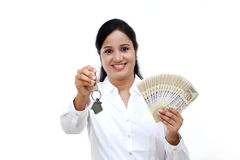 Biznesowej kobiety mienia domu klucz Zdjęcie Royalty Free