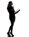 Biznesowej kobiety mienia falcówek kartotek myśląca sylwetka Obraz Stock