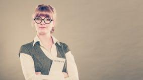 Biznesowej kobiety mienia kontrakt w ręce Obrazy Stock