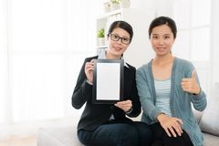 Biznesowej kobiety mienia mobilna cyfrowa pastylka Zdjęcie Royalty Free