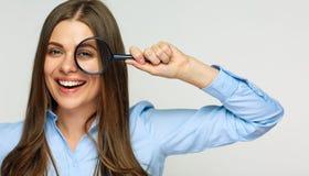 Biznesowej kobiety mienia powiększać - szkło za oczami Fotografia Stock