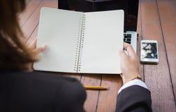 Biznesowej kobiety mienia pusty notatnik z laptopem i telefonem komórkowym obrazy stock
