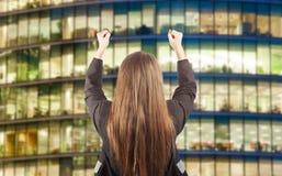 Biznesowej kobiety mienia ręki up dla sukcesu Zdjęcia Royalty Free