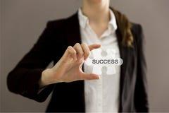 Biznesowej kobiety mienia wyrzynarki łamigłówki kawałek z Fotografia Royalty Free