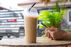 Biznesowej kobiety mienia zimna kawa i smartphone sprawdza dane obraz royalty free