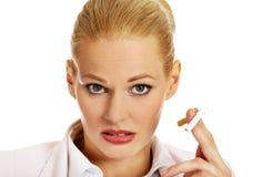 Biznesowej kobiety mienie łamający papieros Obraz Royalty Free
