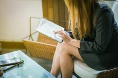 Biznesowej kobiety mienie, pastylka, laptop i mądrze telefon używać, Obrazy Stock