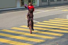 Biznesowej kobiety napój kawa na unicycle Obraz Royalty Free