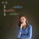 Biznesowej kobiety Nascar bieżnego samochodu fan ręka na podbródku na blackboard tle Obrazy Royalty Free