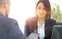 Biznesowej kobiety obsiadanie przy biurkiem w biurze Obrazy Stock
