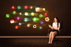 Biznesowej kobiety obsiadanie w biurowym krześle z pastylką i kolorowy Obraz Royalty Free