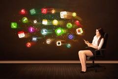 Biznesowej kobiety obsiadanie w biurowym krześle z pastylką i kolorowy Obrazy Royalty Free