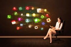 Biznesowej kobiety obsiadanie w biurowym krześle z pastylką i kolorowy Fotografia Royalty Free