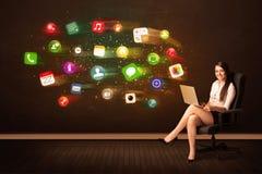 Biznesowej kobiety obsiadanie w biurowym krześle z laptopem i kolorowy Obrazy Stock