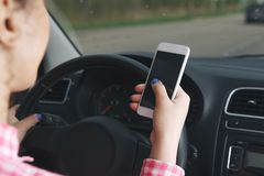 Biznesowej kobiety obsiadanie w samochodzie i używać jej smartphone Mockup wizerunek z żeńskim kierowcy i telefonu ekranem zdjęcie stock