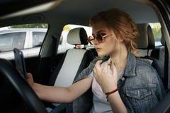 Biznesowej kobiety obsiadanie w samochodzie i używać jej smartphone Mockup wizerunek z żeńskim kierowcy i telefonu ekranem zdjęcie royalty free