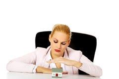 Biznesowej kobiety obsiadanie za biurkiem z domu modelem Zdjęcia Stock