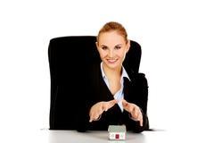 Biznesowej kobiety obsiadanie za biurkiem z domu modelem Fotografia Royalty Free