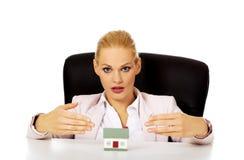 Biznesowej kobiety obsiadanie za biurkiem z domu modelem Obrazy Royalty Free