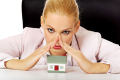 Biznesowej kobiety obsiadanie za biurkiem z domu modelem Fotografia Stock