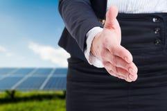 Biznesowej kobiety oferty uścisk dłoni na energii słonecznej pola tle Zdjęcie Stock