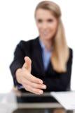 Biznesowej kobiety ofiara dla uścisku dłoni Zdjęcia Stock